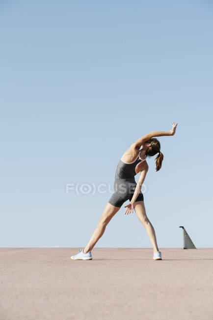Элегантная спортсменка практикующая йогу в солнечный день — стоковое фото