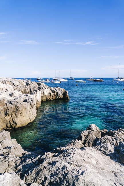 Vista panoramica del mare contro il cielo azzurro durante la giornata di sole a Minorca, Spagna — Foto stock