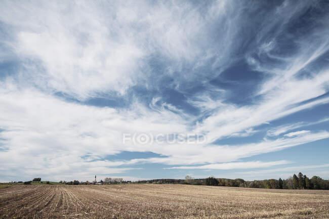 Campo agricolo brullo contro il cielo blu in campagna — Foto stock
