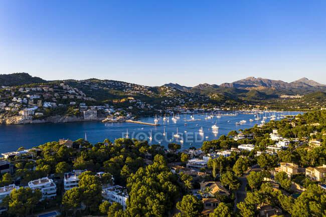 Spagna, Isole Baleari, Andratx, Veduta in elicottero della città costiera in estate — Foto stock