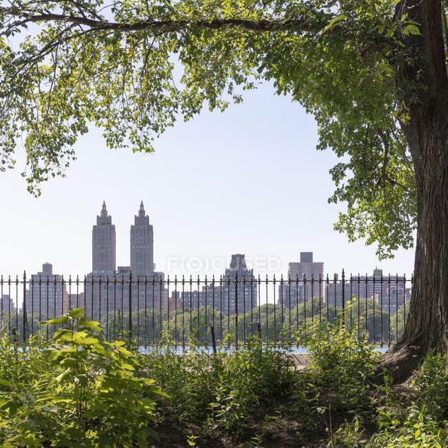 Estados Unidos, Nueva York, Ciudad de Nueva York, Edificio El Dorado visto desde Central Park - foto de stock
