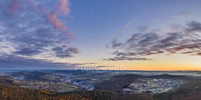 Germania, Baden-Wurttemberg, Drone vista sulla valle Remstal all'alba nebbiosa dell'autunno — Foto stock