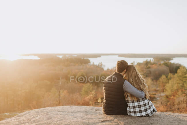 Молоде подружжя сідає восени на кам