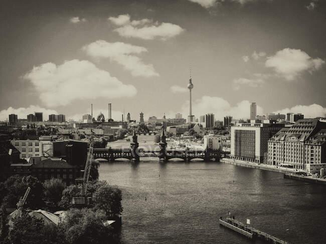 Germany, Berlin cityscape with Oberbaum bridge over Spree river in black and white - foto de stock