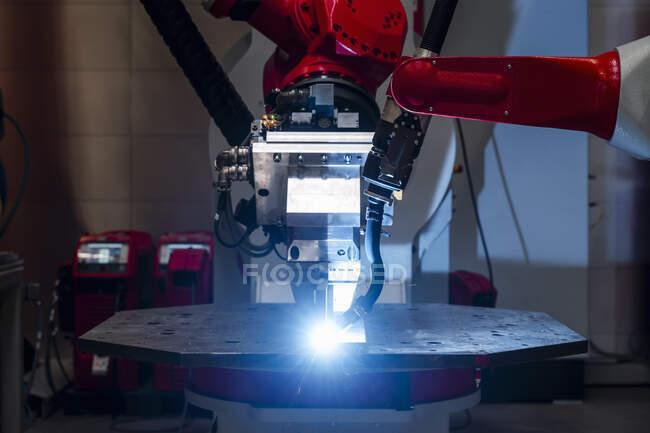 Close-up de metal de solda robô automatizado na fábrica — Fotografia de Stock