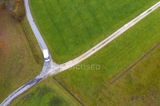 Drone vista di van passando crocevia campagna in autunno — Foto stock