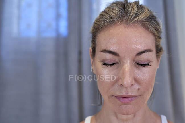 Зрелая женщина с закрытыми глазами — стоковое фото