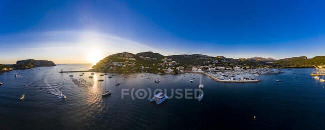 Spagna, Maiorca, Andratx, Veduta in elicottero delle barche che navigano vicino alla riva della città costiera al tramonto estivo — Foto stock