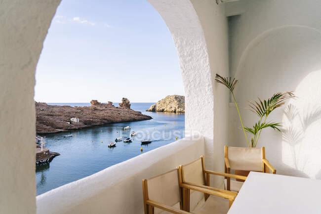 Vista panoramica del Mar Mediterraneo contro il cielo vista attraverso la finestra — Foto stock