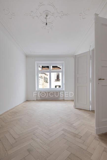 Suelo de parquet arenisca en casa reformada - foto de stock