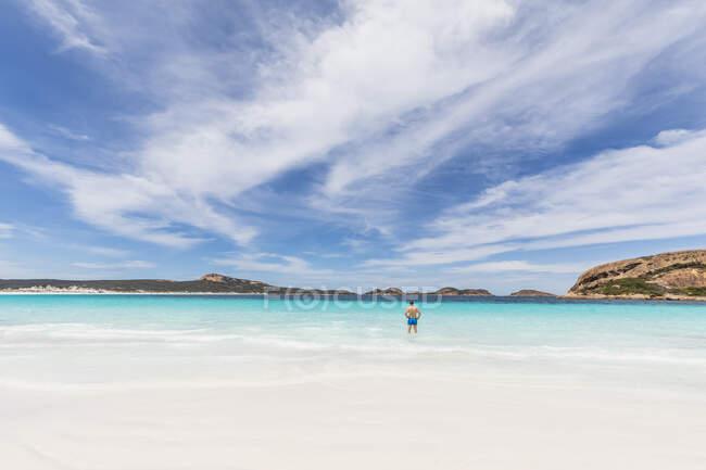 Uomo guadare in acqua turchese, Australia Occidentale — Foto stock