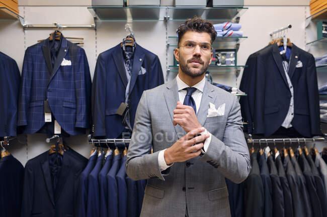 Ritratto di uomo in abito grigio nella boutique sartoriale — Foto stock