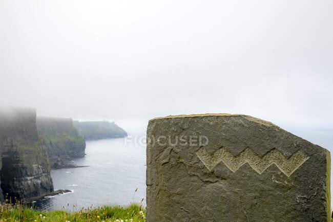 Cliffs of Moher via mare durante il tempo nebbioso a Clare, Irlanda — Foto stock