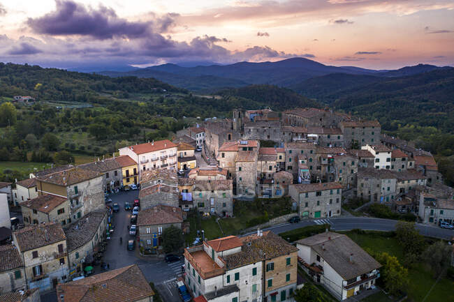 Italia, Toscana, provincia Grosseto, Torniella, Piloni, Veduta aerea del paese di montagna — Foto stock