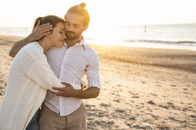 Romantic young couple at beach during vacation - foto de stock