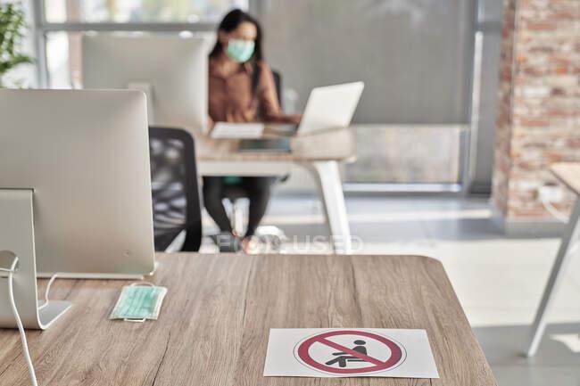 Berufstätige Frauen arbeiten während der COVID-19 am Laptop im Büro — Stockfoto