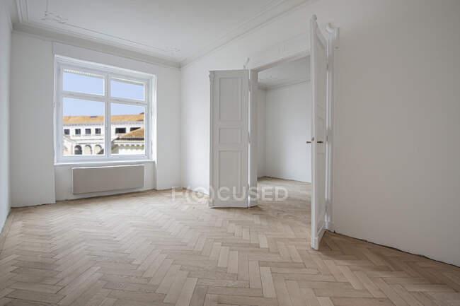 Puertas abiertas dentro de nuevo apartamento renovado - foto de stock