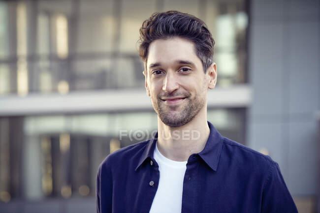 Imprenditore sorridente in piedi all'aperto — Foto stock