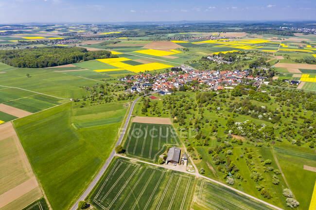 Germania, Assia, Munzenberg, Veduta in elicottero del villaggio di campagna e dei campi circostanti in estate — Foto stock