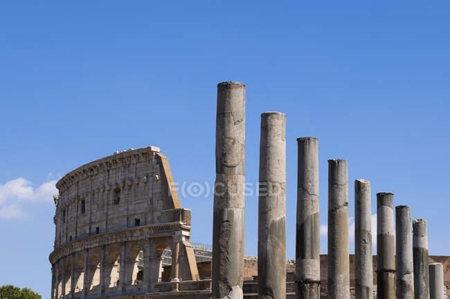 Italy, Rome, Colosseum, Via Sacra, Columns and ancient amphitheatre — стокове фото