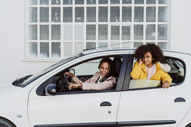 Портрет матері й дочки у білій машині. — стокове фото