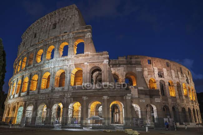 Itália, Roma, Coliseu, Anfiteatro antigo à noite — Fotografia de Stock