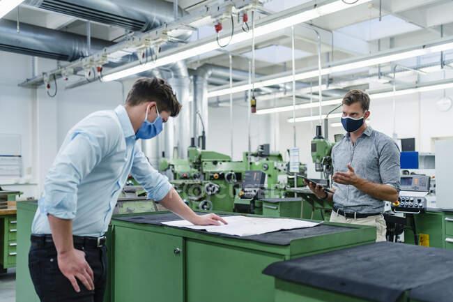 Бізнесмен разом з колегою по виробництву під час пандемії. — стокове фото