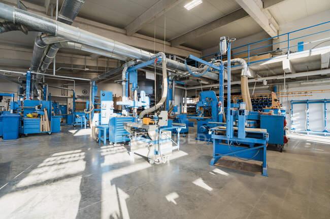 Виробниче обладнання в виробничій залі промисловості — стокове фото