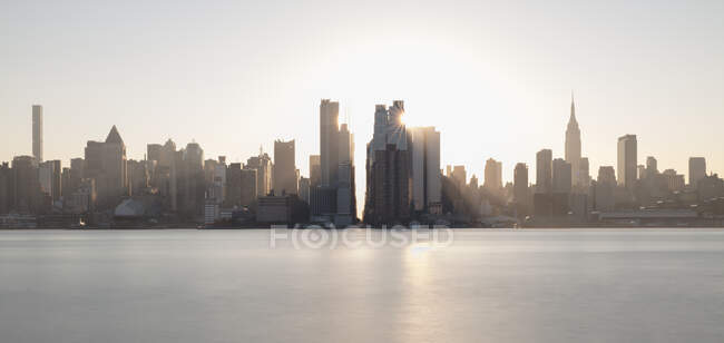 Usa, new york, new york city, midtown manhattan skyline at the sunthrise — стокове фото