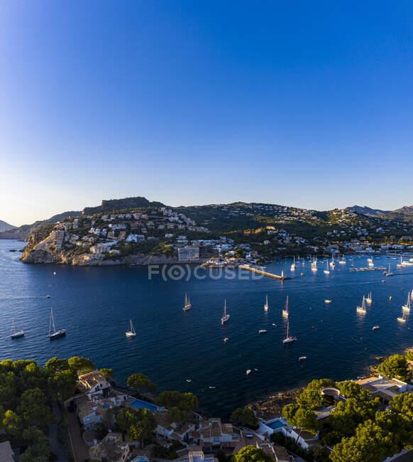 Spagna, Isole Baleari, Andratx, Veduta in elicottero delle barche che navigano vicino alla riva della città costiera — Foto stock