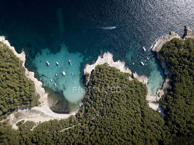 Barche ormeggiate in baia, vista aerea — Foto stock