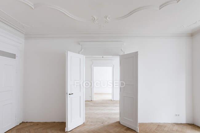 Відчиняйте двері в новому відремонтованому домі. — стокове фото