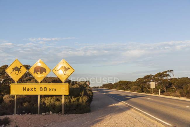 Australia, South Australia, Nullarbor Plain, Warning sign by Eyre Highway — Stock Photo