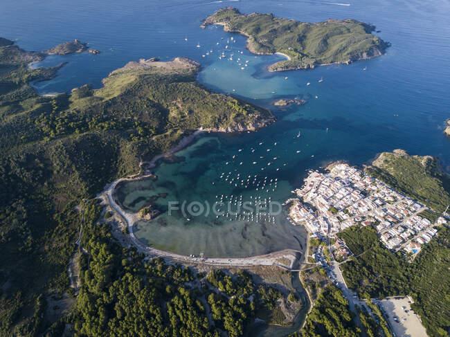 Barche ormeggiate nella baia e nella città costiera, vista aerea — Foto stock