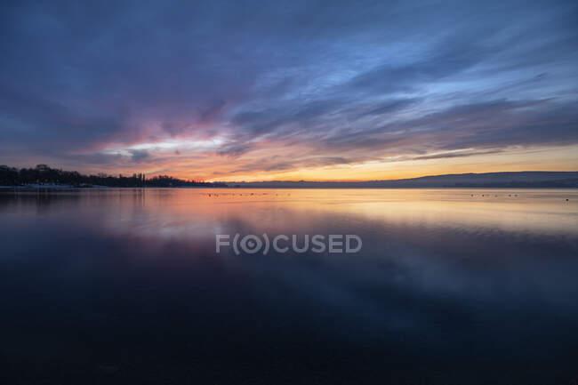 Lunga esposizione del Lago di Costanza all'alba nuvolosa — Foto stock