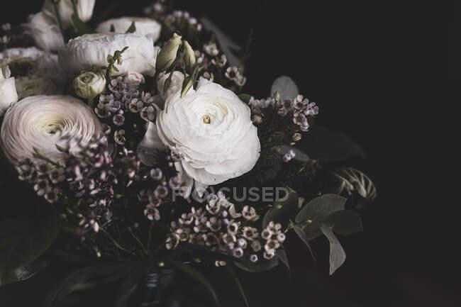 Студийный снимок букета белых роз, лютиков (Ranunculus) и корнуэльского вереска (Erica vagans)) — стоковое фото