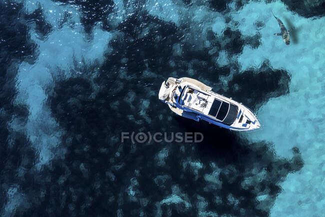 Spagna, Isole Baleari, Santanyi, Veduta aerea della barca a motore nella baia di Cala Llombards di Maiorca — Foto stock