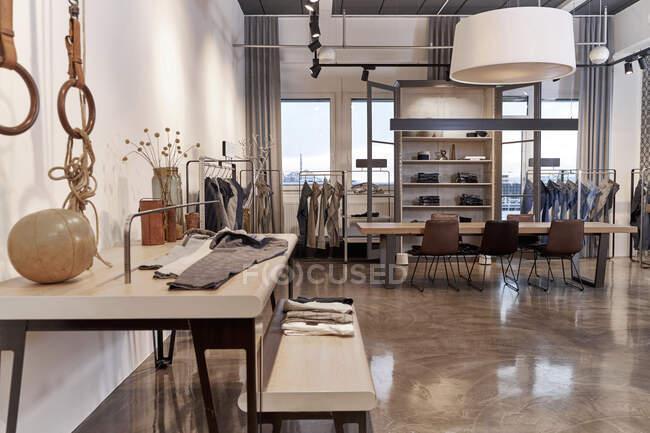 Роздрібна торгівля одягом у ряд на дизайнерській студії. — стокове фото