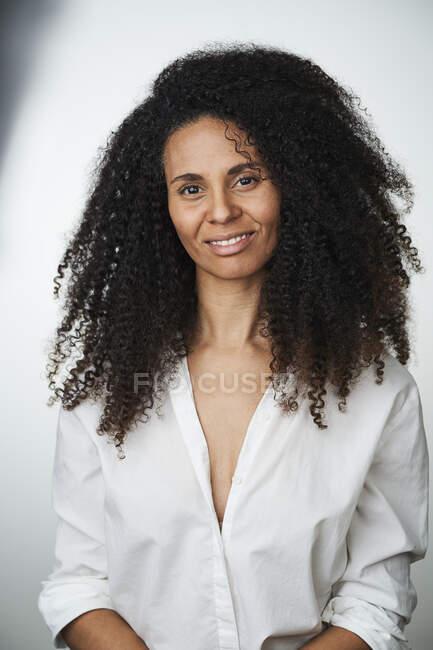 Посміхнена красива жінка на сірому фоні — стокове фото