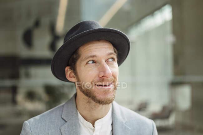 Homme barbu entrepreneur détournant les yeux — Photo de stock