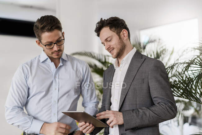 Male entrepreneur discussing with colleague during meeting at office — Stock Photo