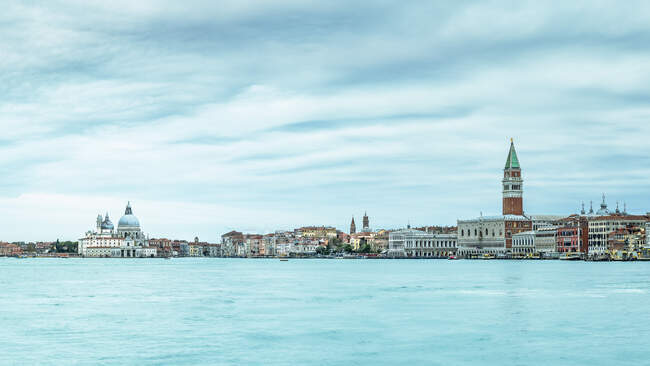 Italia, Veneto, Venecia, Vista panorámica de Punta della Dogana - foto de stock