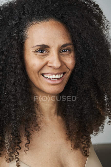 Щаслива темноволоса жінка. — стокове фото