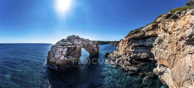Spagna, Isole Baleari, Cala Santanyi, Veduta aerea della porta di roccia Es Pontas sulla costa pf Maiorca — Foto stock
