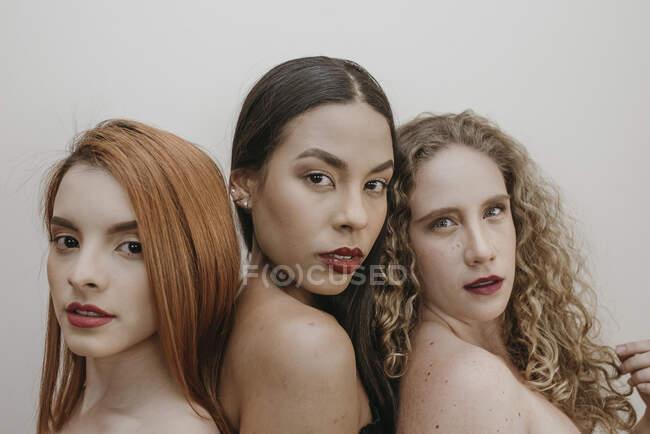 Hermosas mujeres multiétnicas en lápiz labial rojo - foto de stock