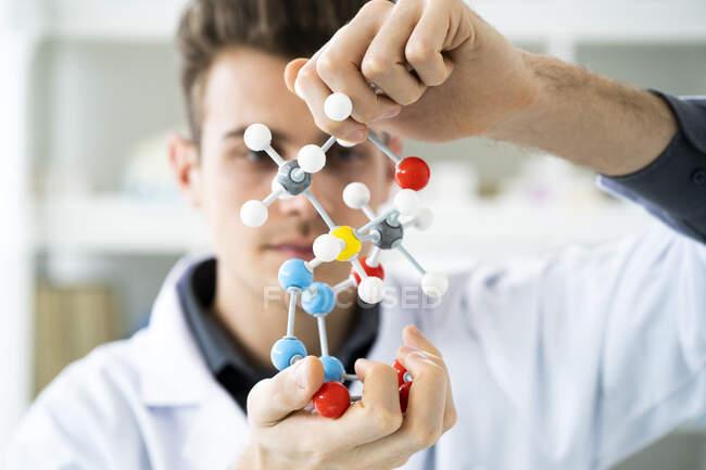 Homme scientifique travaillant avec la structure moléculaire en laboratoire — Photo de stock