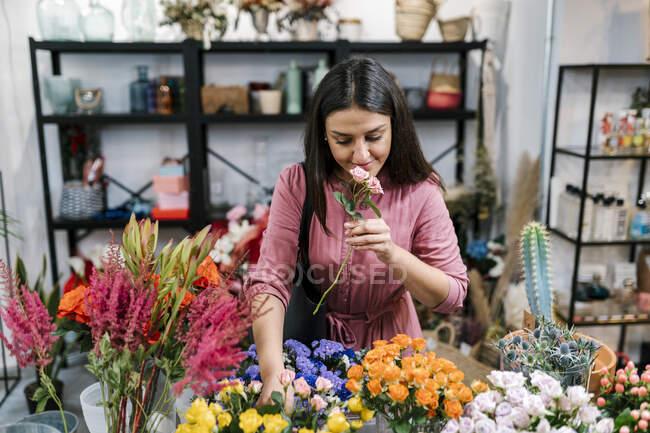 Жіночий клієнт вибирає квіти в магазині. — стокове фото