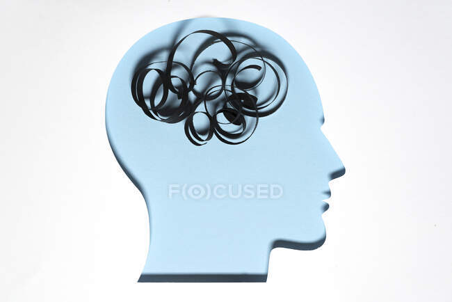 Papel cortado de la cabeza humana con un trozo de cuerda que representa pensamientos desordenados — Stock Photo