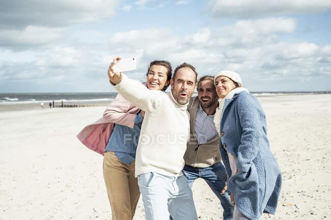 На пляжі друзі сваряться. — стокове фото