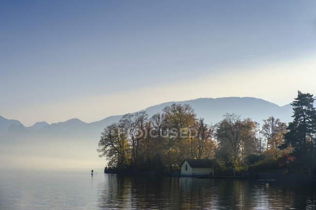 Австрия, Верхняя Австрия, Гмунден, озеро Траунзее в осеннем тумане — стоковое фото
